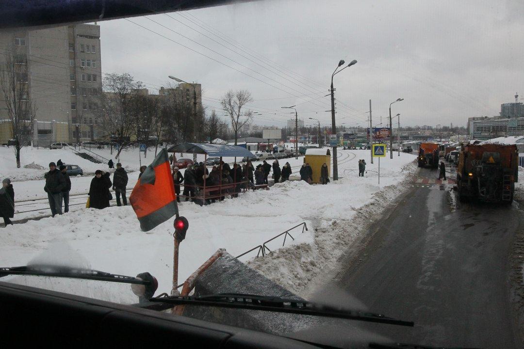 Чистимо магістраль на Південній Борщагівці, неподалік лінії швидкісного трамваю