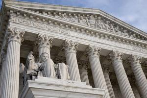 Суд дозволив адміністрації Трампа обмежити видачу грін-карт