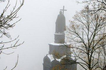 Kyiv est caché dans le brouillard