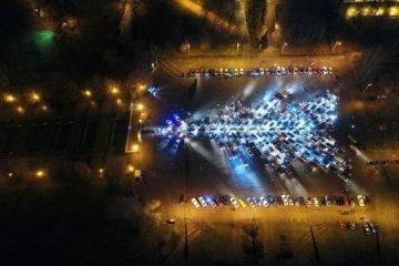 En Zaporiyia recogen el mayor árbol navideño de automóviles en Ucrania (Vídeo)