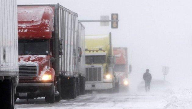 Негода в Україні: у двох областях обмежили рух вантажівок