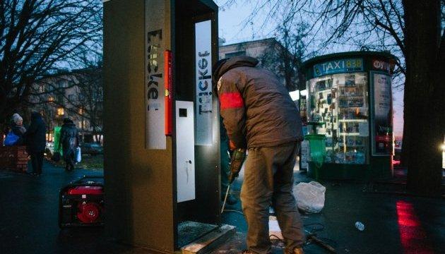 В Харькове позаливали монтажной пеной и клеем 25 терминалов E-ticket
