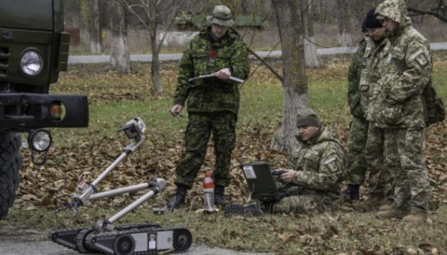 """Канада дает деньги на удаление """"остатков войны"""" на Донбассе"""
