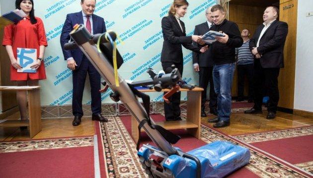 В Запорожской области Марина Порошенко вручила лестничные подъемники для инклюзивных школ
