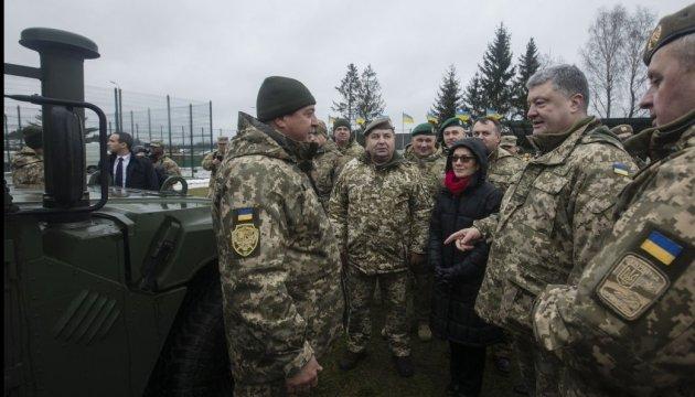 Армия в прошлом году приняла на вооружение 14 новинок - Порошенко