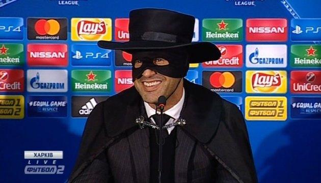 Футбол: Фонсека, как и обещал, пришел на пресс-конференцию в костюме Зорро