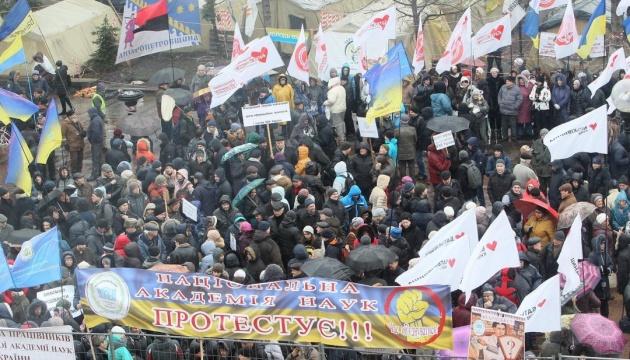 Під Радою - близько тисячі мітингувальників
