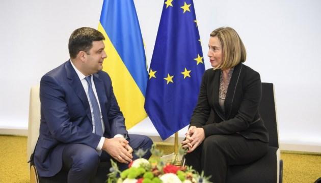 Groysman y Mogherini discuten el progreso re las reformas en Ucrania