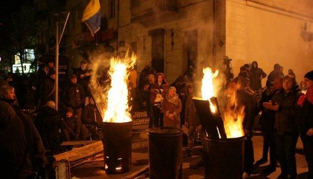 Активисты ночуют под зданием СБУ в Киеве, где удерживают Саакашвили