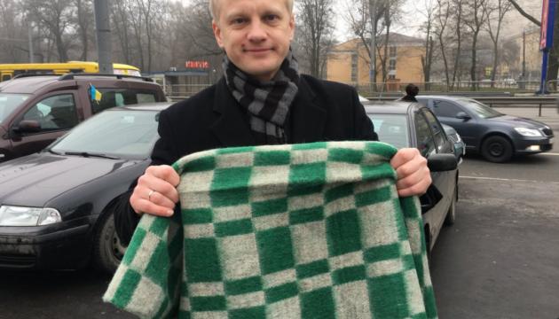 Активісти привезли під будинок Луценка картату ковдру