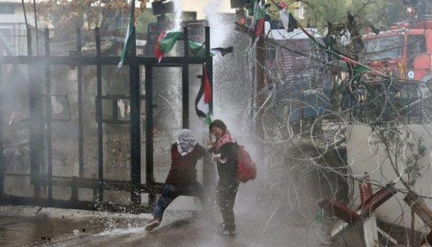 У Лівані під посольством США протестувальників розігнали водометами