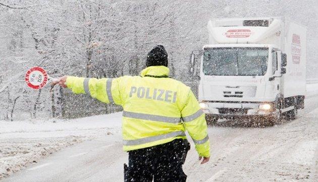 У Німеччині сніг зупинив рух та закрив аеропорти. Є людські жертви