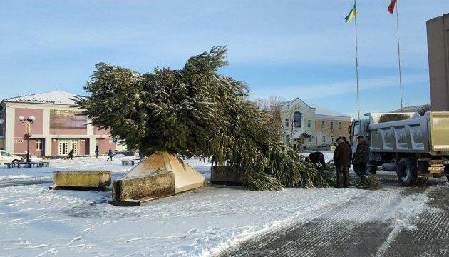 Деревопад на Черкащині: у Золотоноші негода повалила новорічну ялинку