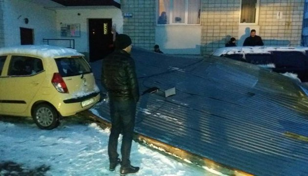 В Трускавце ветер сорвал часть крыши с многоэтажки