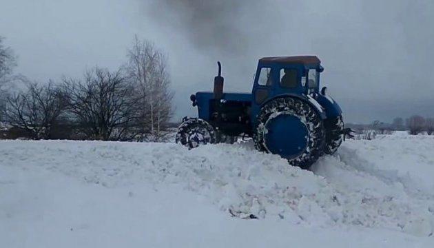 Поліція спіймала п'яного, який чистив сніг краденим трактором