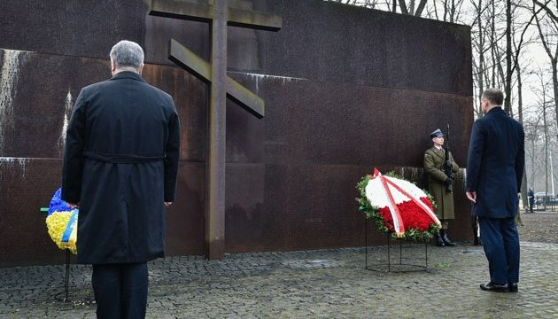 Les Présidents de l'Ukraine et de la Pologne ont déposé des fleurs au Mémorial des victimes du régime totalitaire (photos, vidéo)