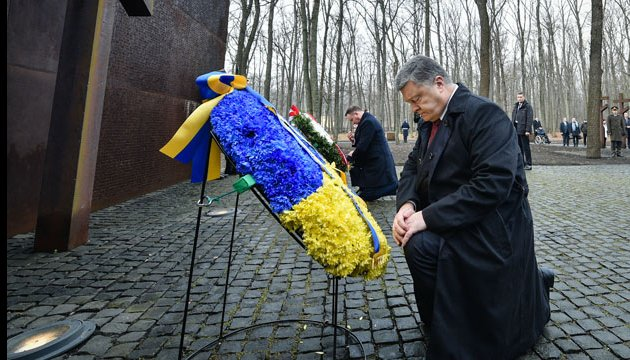 Президенти України і Польщі поклали квіти до Меморіалу жертв тоталітарного режиму