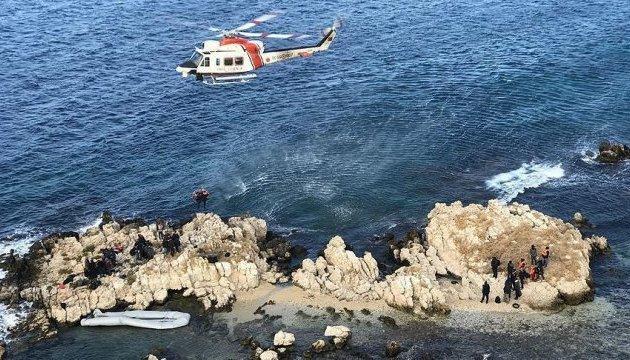 В акваторії Ізміра човен з 68 мігрантами налетів на скелі