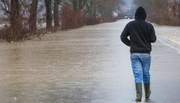 На Прикарпатті через дощі залишаються підтопленими 19 дворів