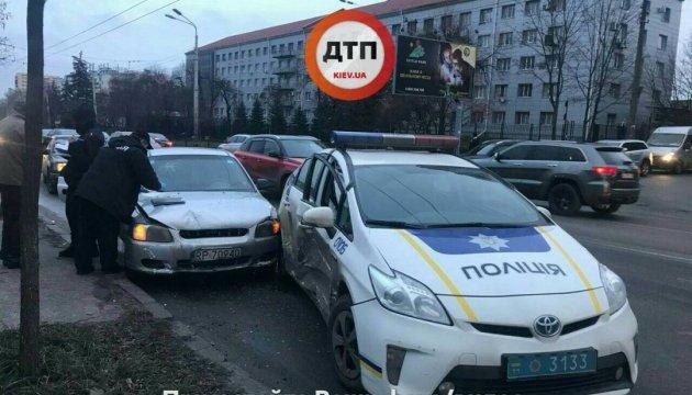 У Києві таксі врізалося в патрульну машину, постраждали двоє поліцейських