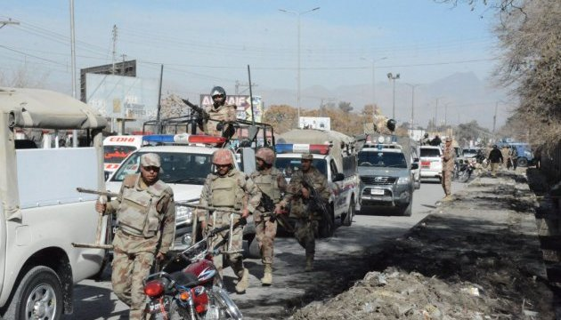 В Пакистане смертник подорвал себя у военной базы: погибли 11 военных