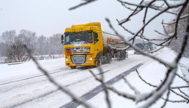 Движение грузовиков из-за непогоды ограничено в четырех областях