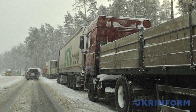 Рух вантажівок обмежили у семи областях