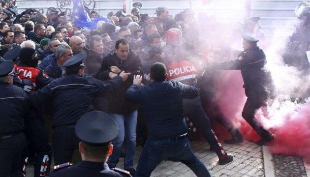 В Албанії протестувальники намагаються захопити парламент, є поранені - ЗМІ