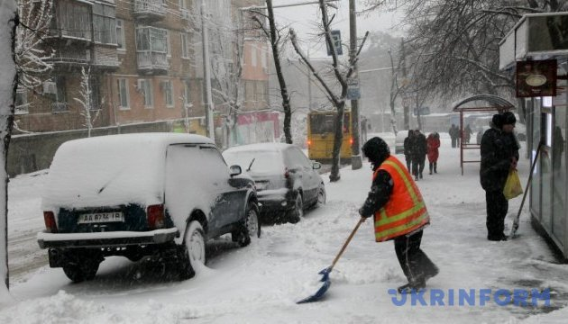 Киевскому транспорту из-за снегопада разрешили ходить с задержками