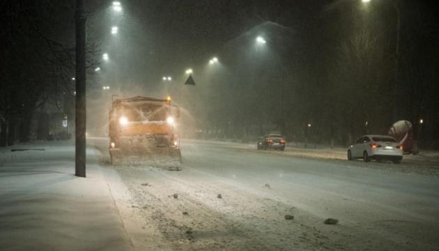 Київ усю ніч чистили майже 400 снігоприбиральних машин