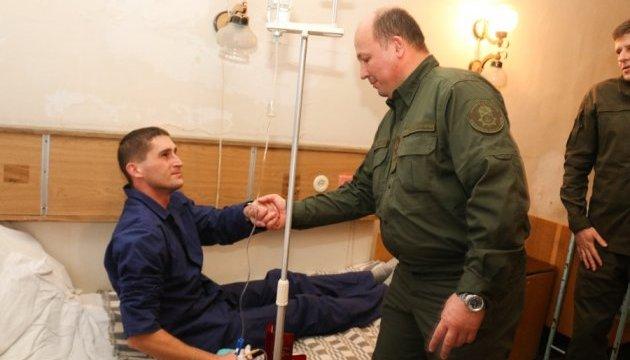 Штурм Октябрьского: 11 нацгвардейцев до сих пор в больнице