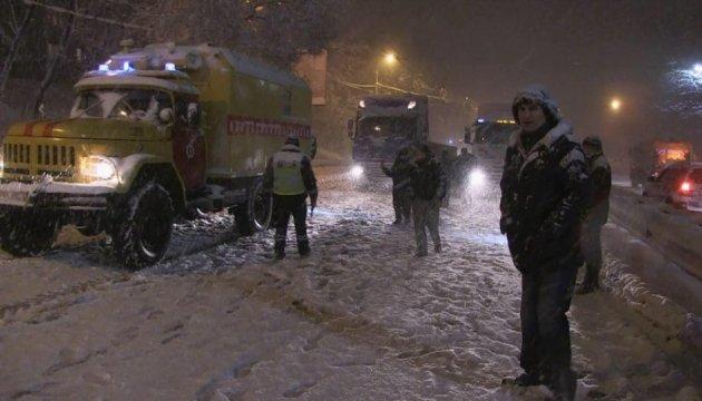 Снігопад у Києві не дає спати комунальникам і Кличку
