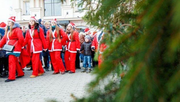 В Ужгороді головну ялинку запалили сотні Миколайчиків
