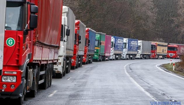 Киев снял ограничения на въезд грузовиков