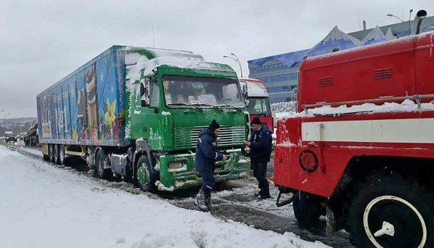 Негода в Україні: столицю закривають для фур