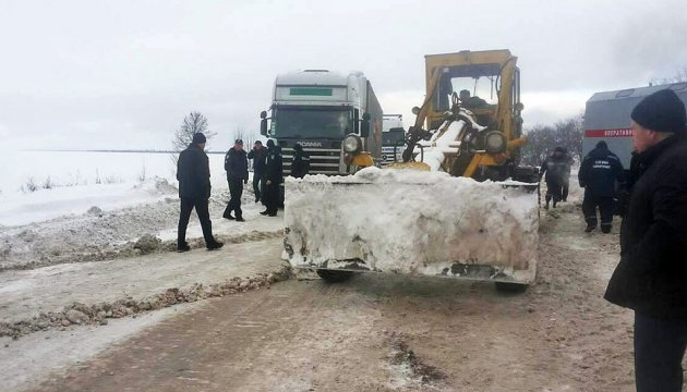 Schnee auf Autostraße Odessa-Kiew: Polizei hilft bei Befreiung von Lkws - Video