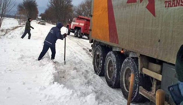 Рятувальники звільнили із снігових заметів 505 автівок