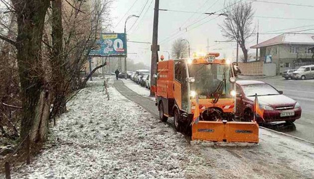 Рятувальників перевели у посилений режим, сніг прибирають 1300 одиниць техніки