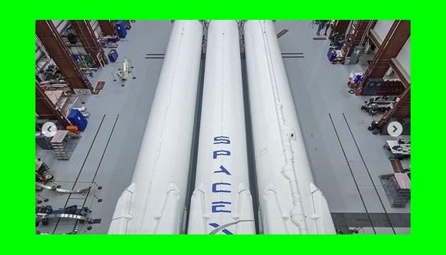 Маск отримав перший військовий контракт на Falcon Heavy з супутником