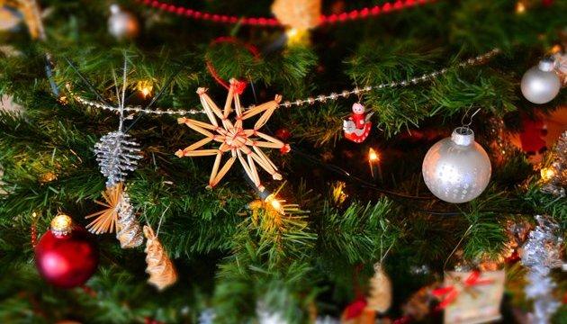 Австрийцы положили под рождественскую елку почти миллиард евро наличными
