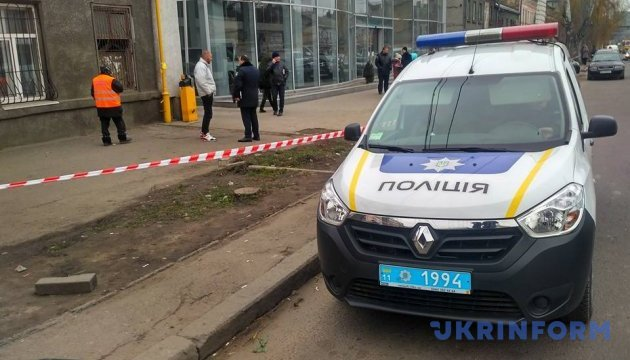 Стрілянина в Одесі: один з учасників конфлікту забарикадувався в автосалоні