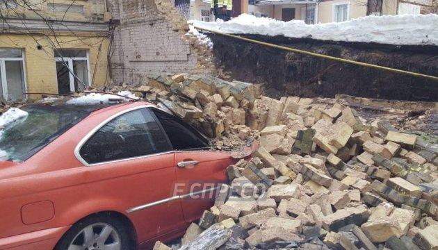 У центрі Києва обвалилася стіна, розчавивши два автомобілі