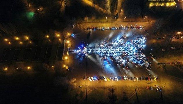 В Запорожье собрали самую большую в Украине елку из автомобилей