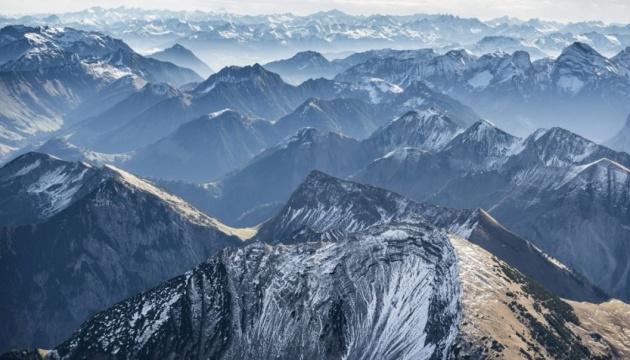 Снегопад в Альпах: в заблокированный курорт Церматт пустили поезда