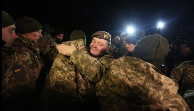 Petro Porochenko est venu chercher les prisonniers ukrainiens libérés