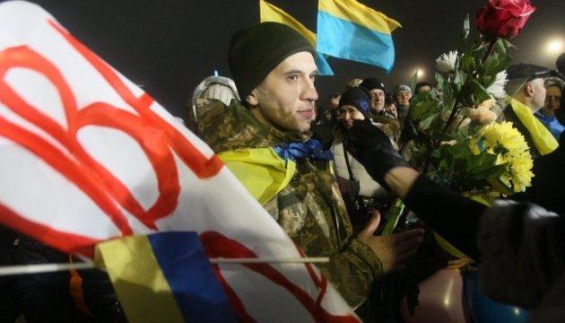 Як у Борисполі зустрічали звільнених полонених: емоції за кадром