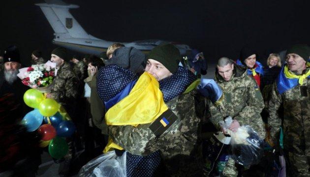 Звільненим з полону українцям можуть виплатити  по 100 тисяч