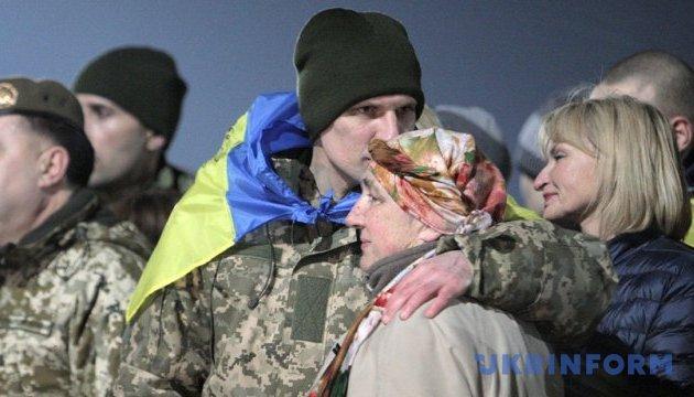 Мінреінтеграції виплатило кошти 32 звільненим з полону українцям