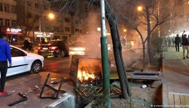 Во время антиправительственных протестов в Иране погибли уже 4 человека