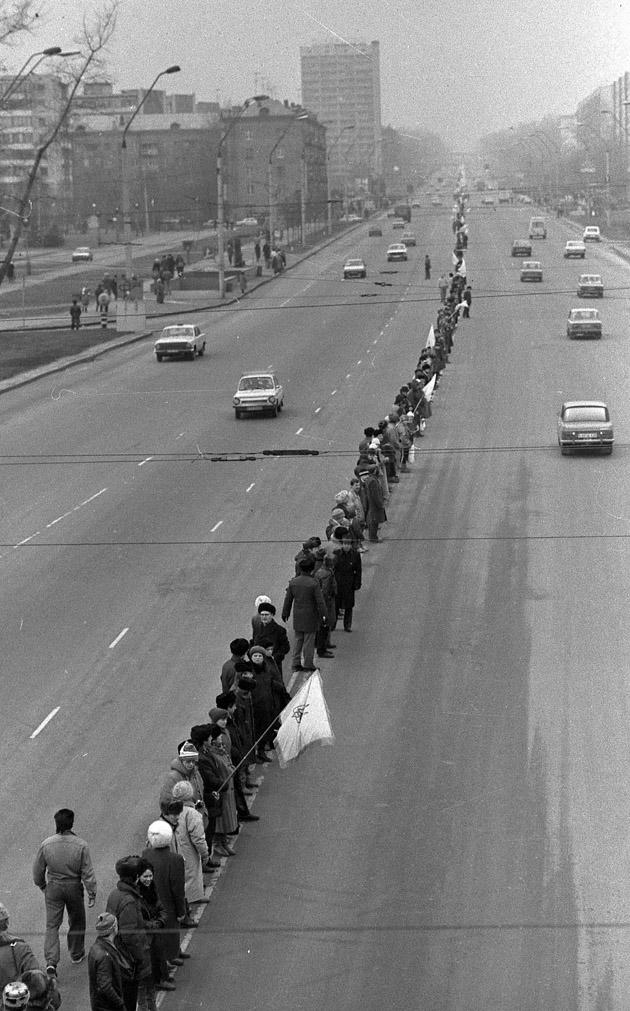 Живий ланцюг людей на вулицях Києва з нагоди святкування історичного Акту Соборності України 21 січня 1990 р.